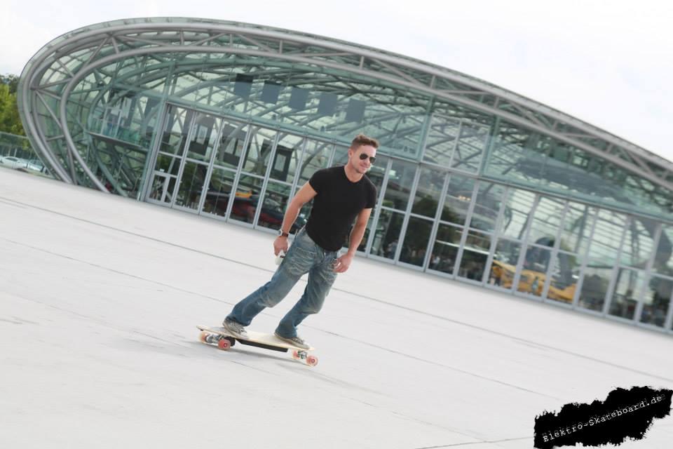 Coincidenta sau nu, Felix este in acelasi loc si cu acelasi tip de skateboard ca Mihaela