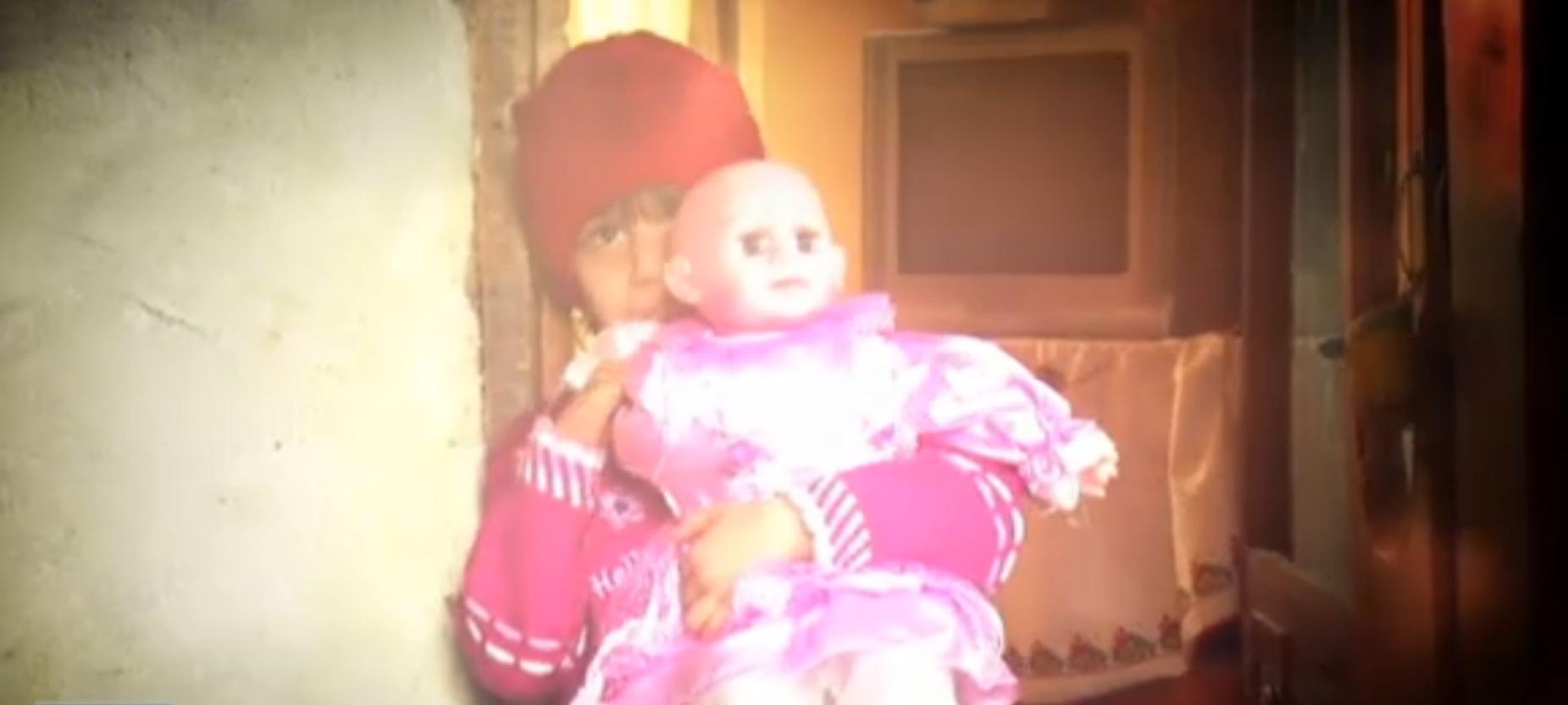 Fetita de sase ani a primit prima papusa din viata ei