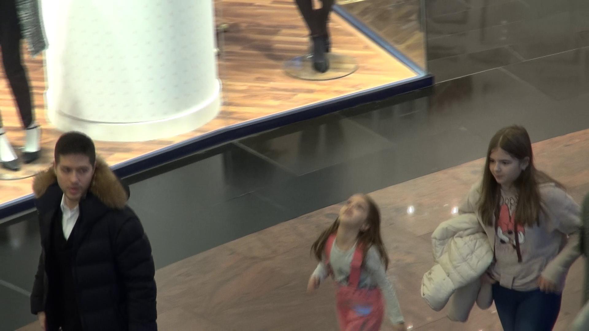 Jorje a iesit cu fiica lui si cu cea a sotiei sale la cumparaturi