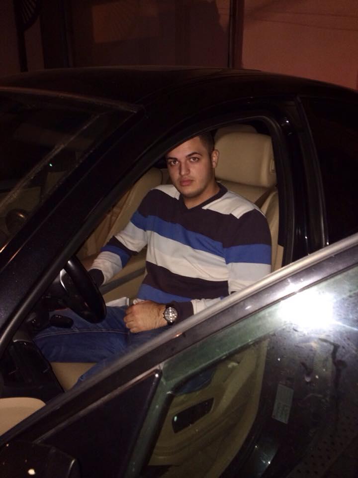 Tanarul este foarte incantat de autoturismul primit de la tatal lui