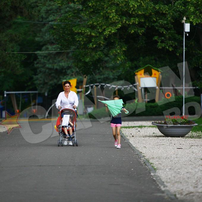 Fetita Luminitei a ajutat-o pe mama sa cu umbrela