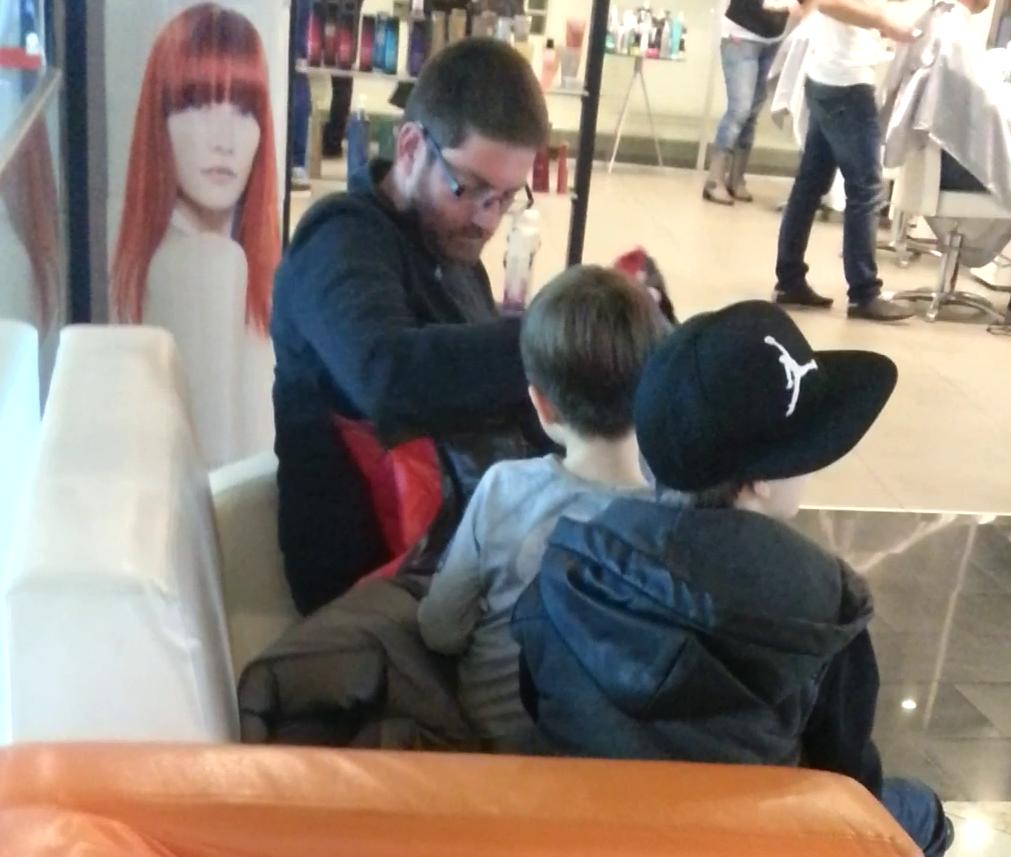 Afaceristul are gesturi de afectiune fata de copiii sai
