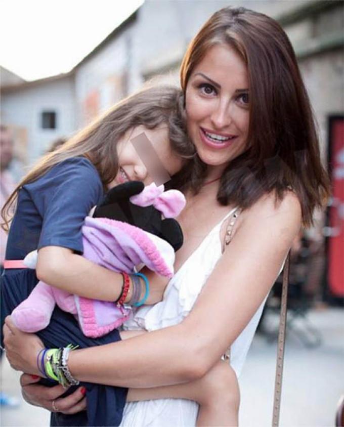 Roxana zambeste numai in compania fetitei sale