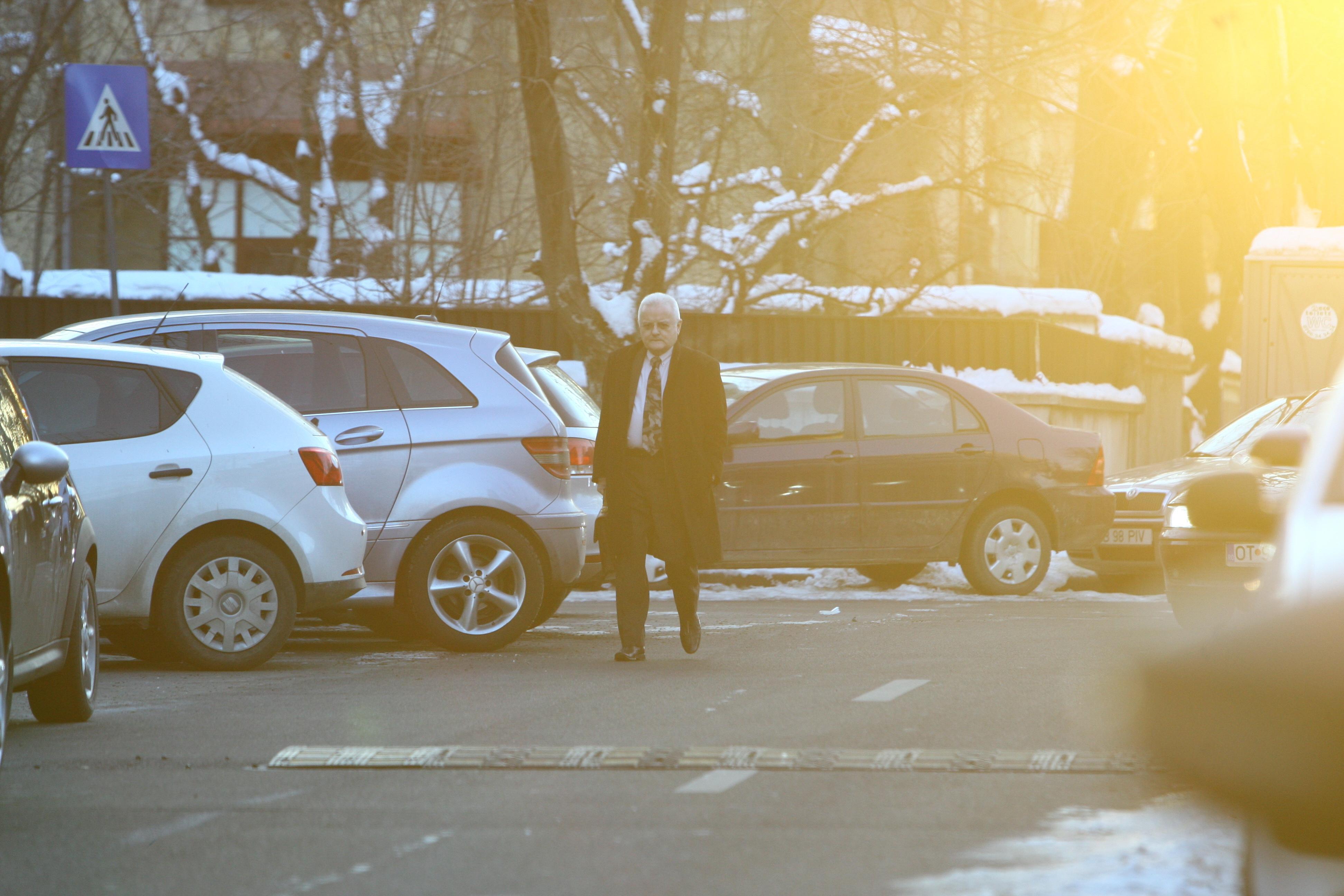 Omul de afaceri se indreapta abatut spre masina