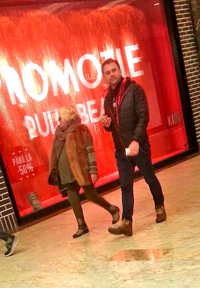 Mirabela si unul dintre baietii de la Autentic s-au plimbat de zor prin mall
