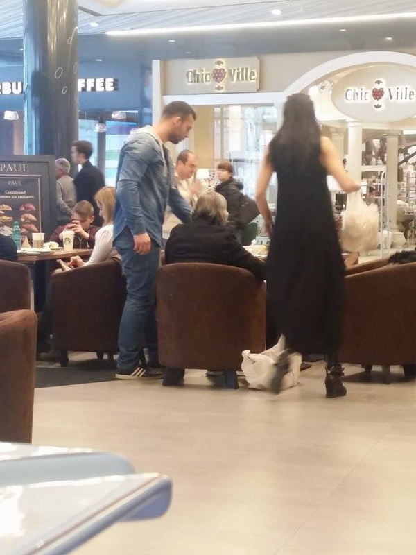 Dupa o sesiune de shopping cei doi soti s-au oprit sa manance ceva