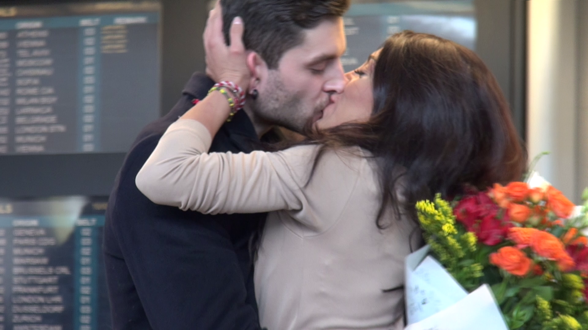 Minute bune s-au sarutat in mijlocul aeroportului