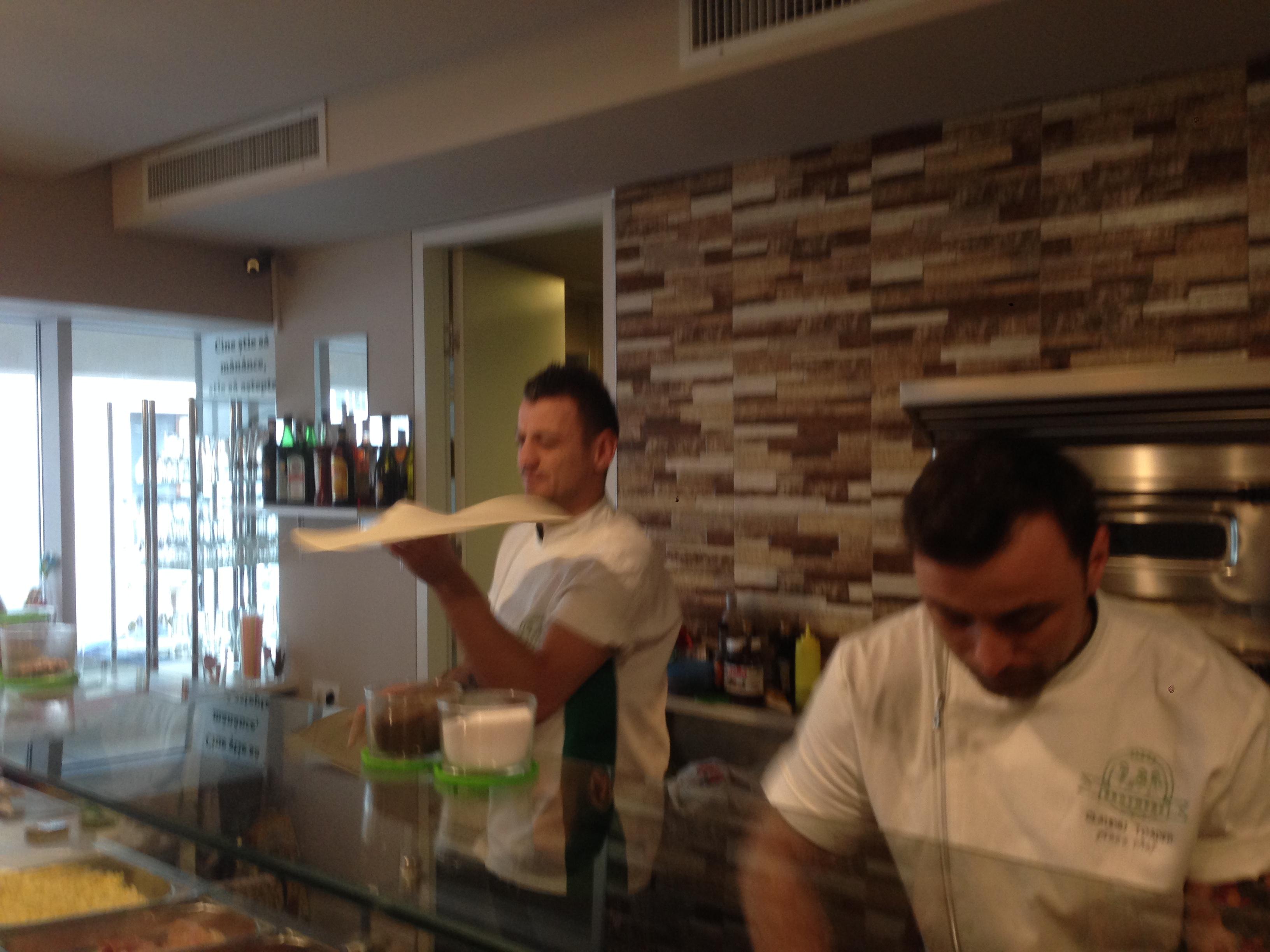 Claudiu si George Toader de la Romanii au talent au facut o pizza ingenioasa pentru Cancan.ro