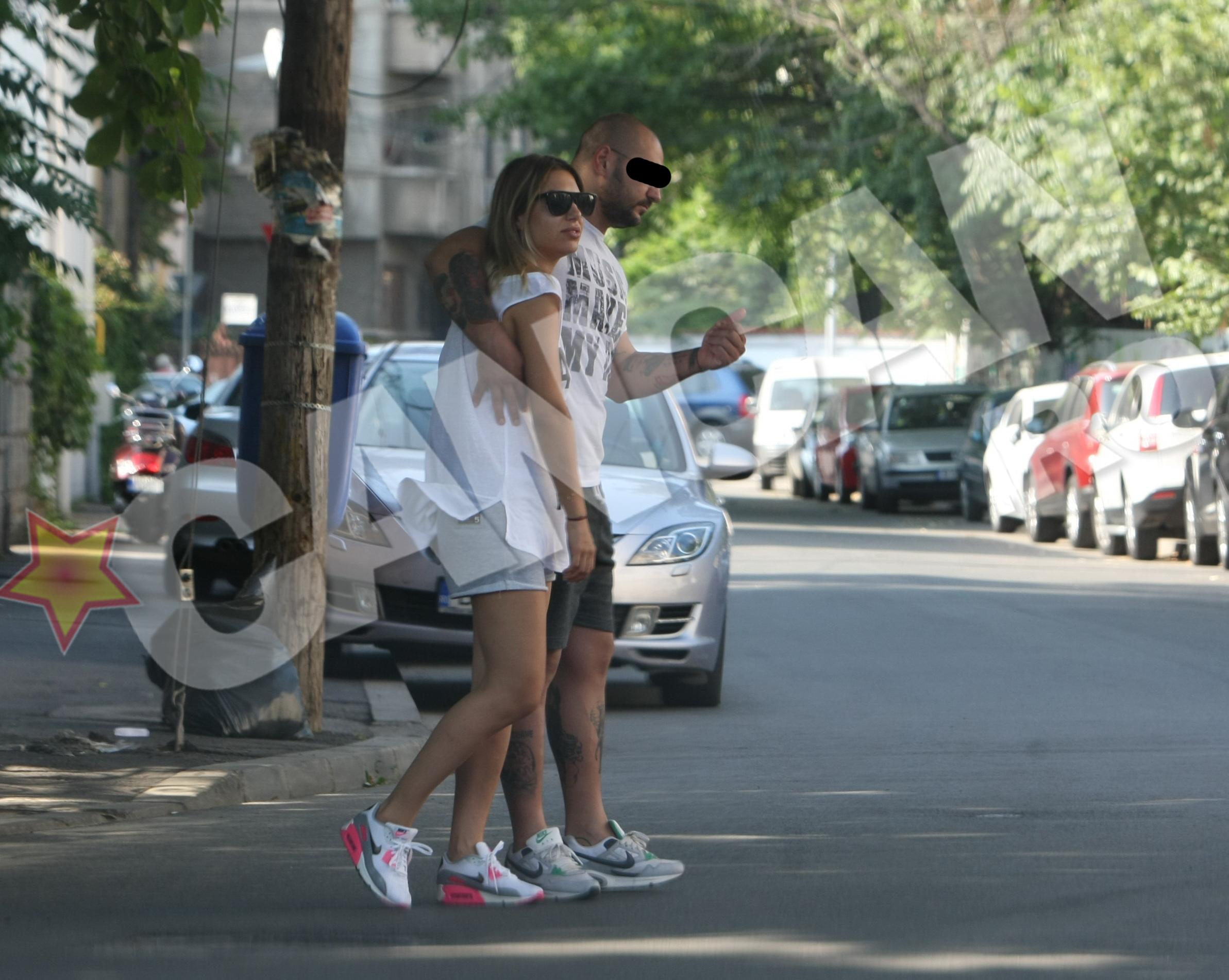 Inainte de a traversa, sportivul isi tine ocrotitor iubita in brate, asigurandu-se ca nu trece nicio masina