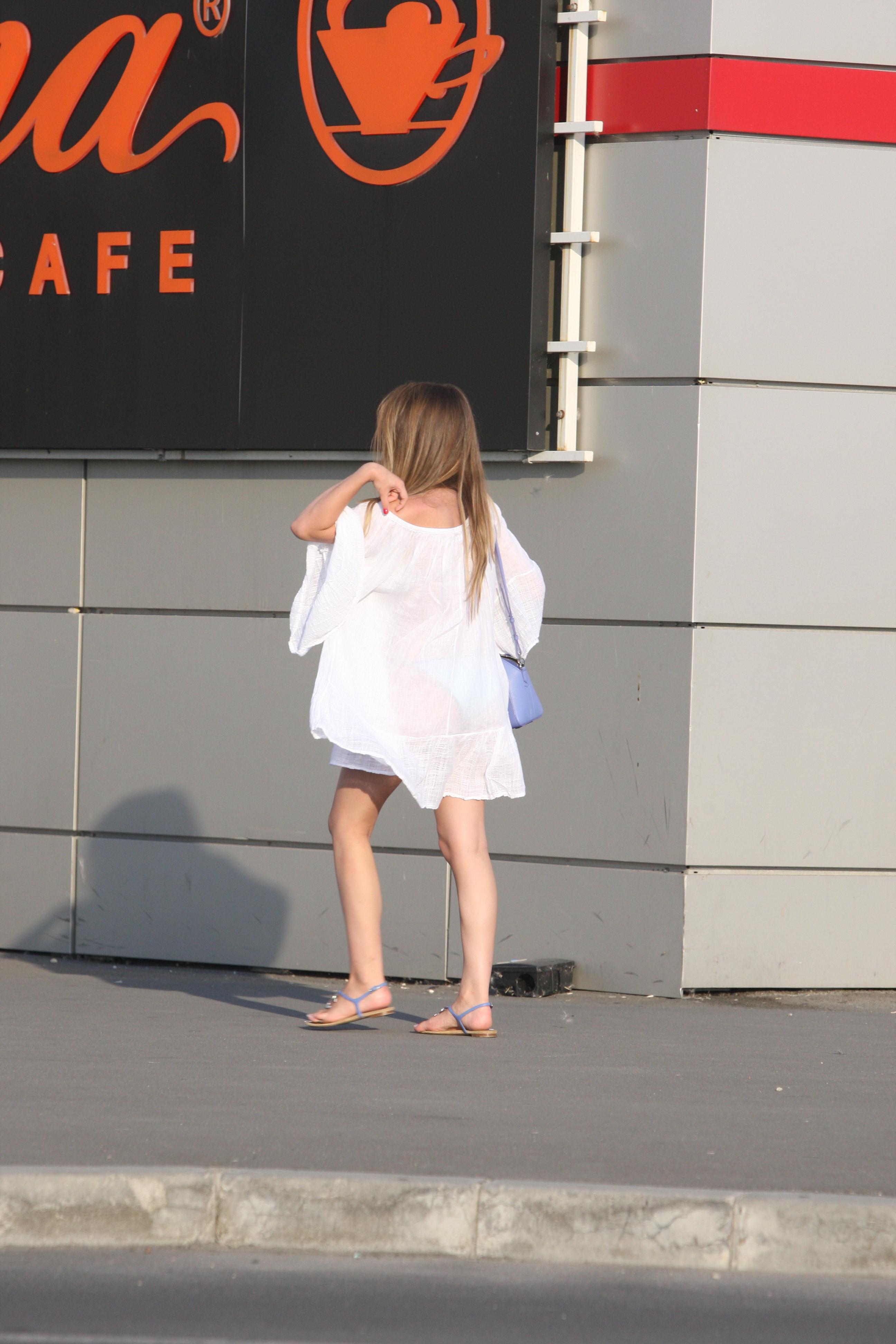 Fiica mijlocie a lui Becali si-a etalat costumul de baie turcoaz
