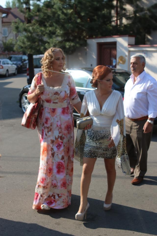 Mama Ralucai a optat pentru o rochie inflorata