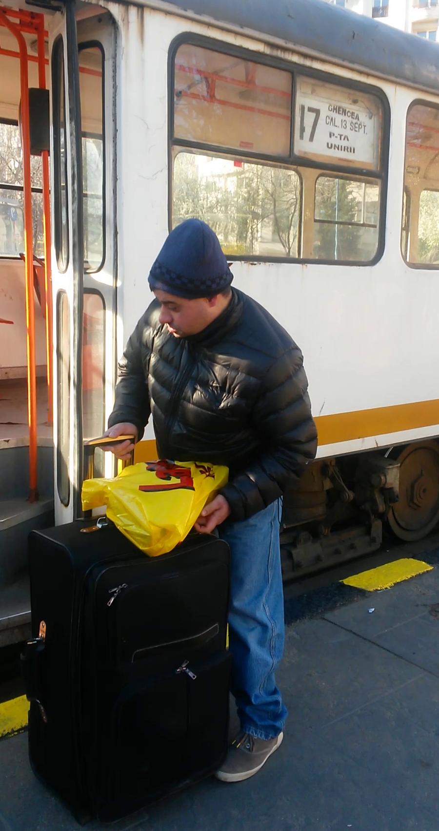 Chiar daca in fata statiei erau mai multe taxiuri si el avea un bagaj foarte greu,Tudorel a luat tramvaiul