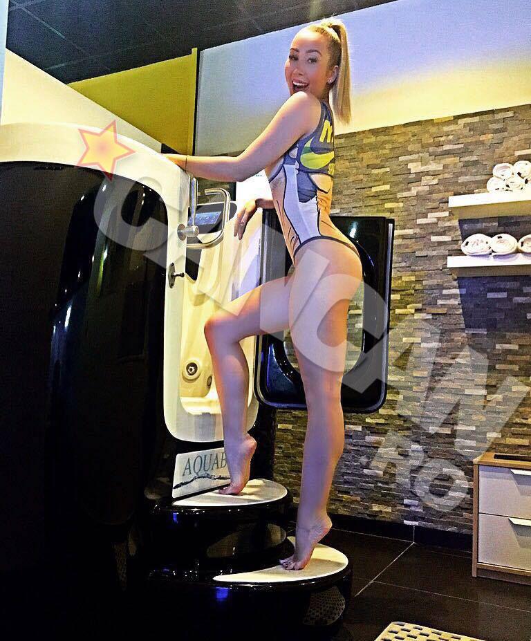 Xonia a pozat in costum de baie inaintea unui tratament corporal. Vedeta merge pe bicicleta intr-o piscina, un trend ce s-a dezvoltat in Marea Britanie