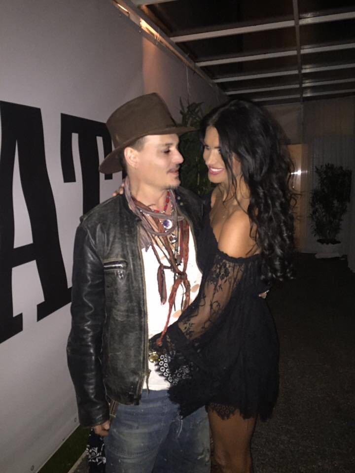 Angela a reuşit să se bage...pe sub geaca lui Johnny Depp