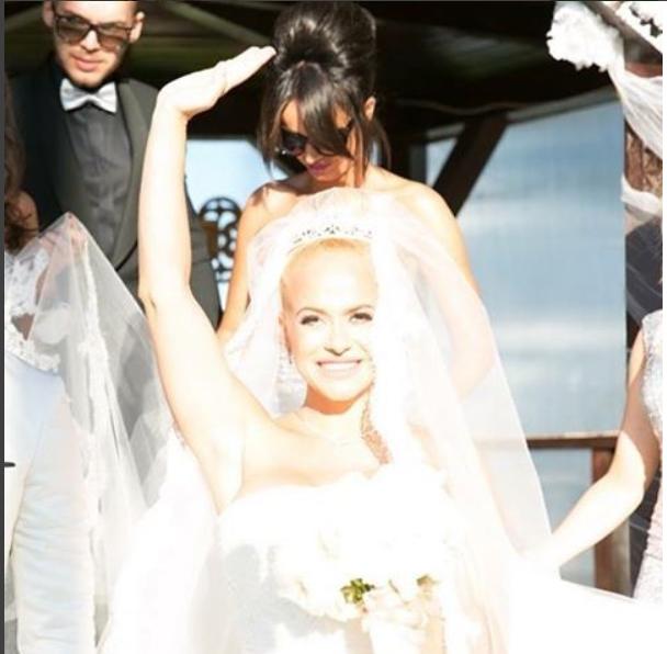 Anda Adam şi-a amintit cu drag de ziua în care a îmbrăcat rochia de mireasă.