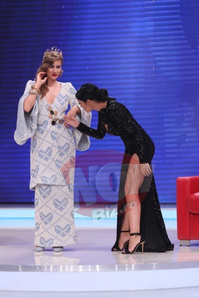 Andreea Mantea şi Iulia Albu se ,,înţeapă'' una pe cealaltă.