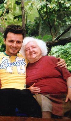 Tavi Clonda îşi aminteşte de bunica sa, care nu mai este în viaţă.
