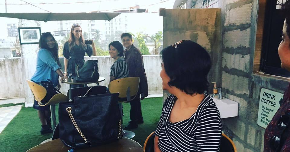 """Iulia Vântur, la o """"bârfă"""" cu noile ei prietene din India"""