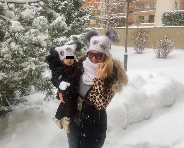Anda Adam şi-a scos fetiţa la zăpadă