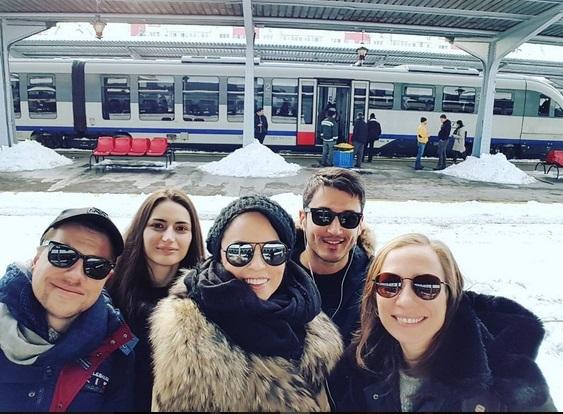 Andreea Marin a plecat la munte în gaşcă, cu trenul