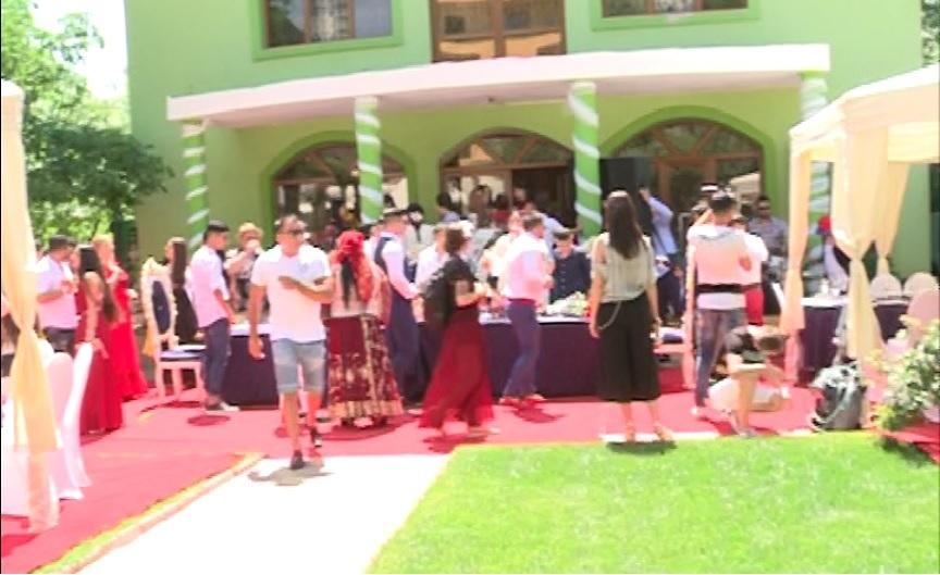 Familia viitoarei mirese au pregătit curtea palatului la fel ca la nunţile cu pretenţii