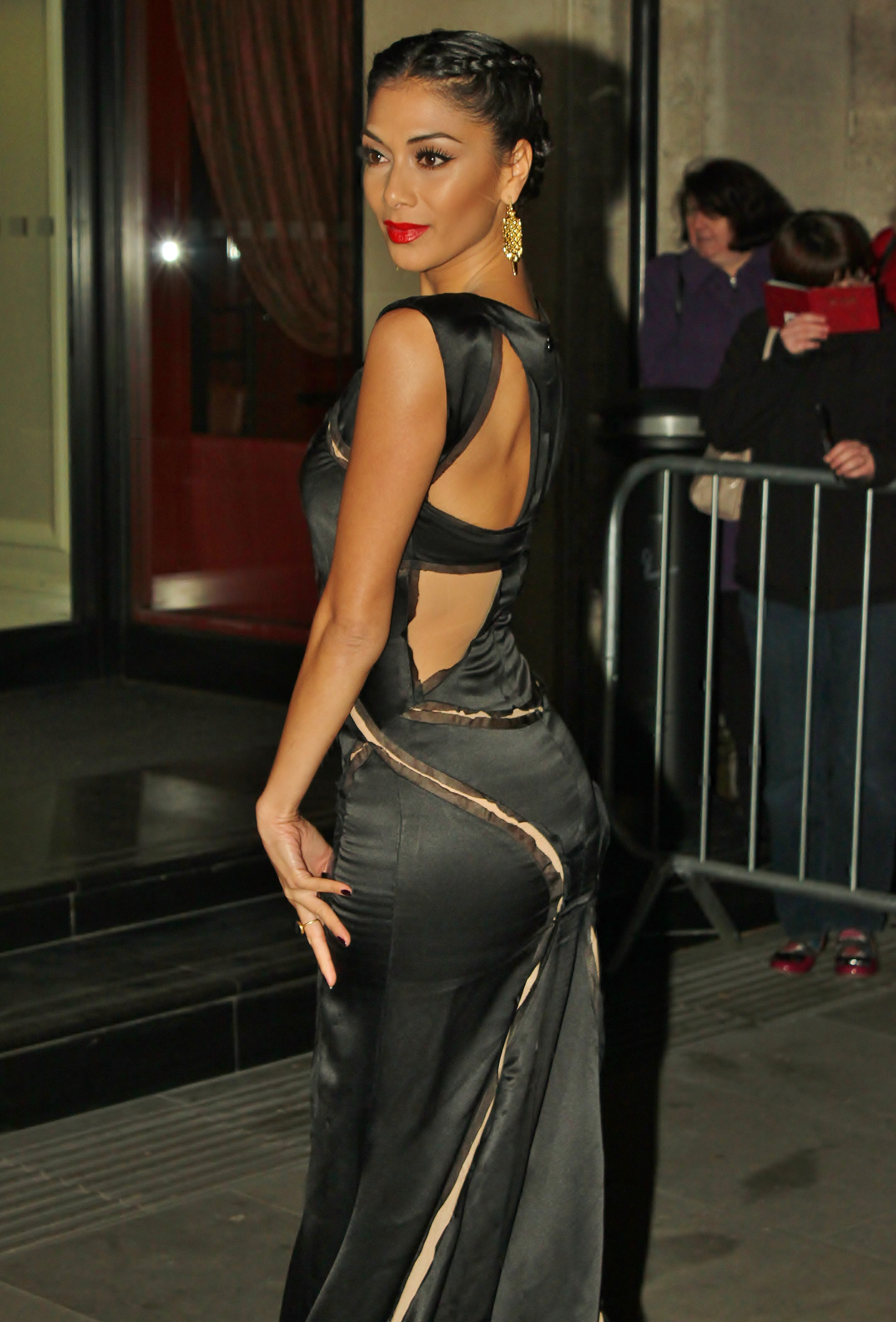 Nicole Scherzincer, apariţie spectaculoasă la un eveniment monden! Uite ce forme apetisante are bruneta! Îţi place?
