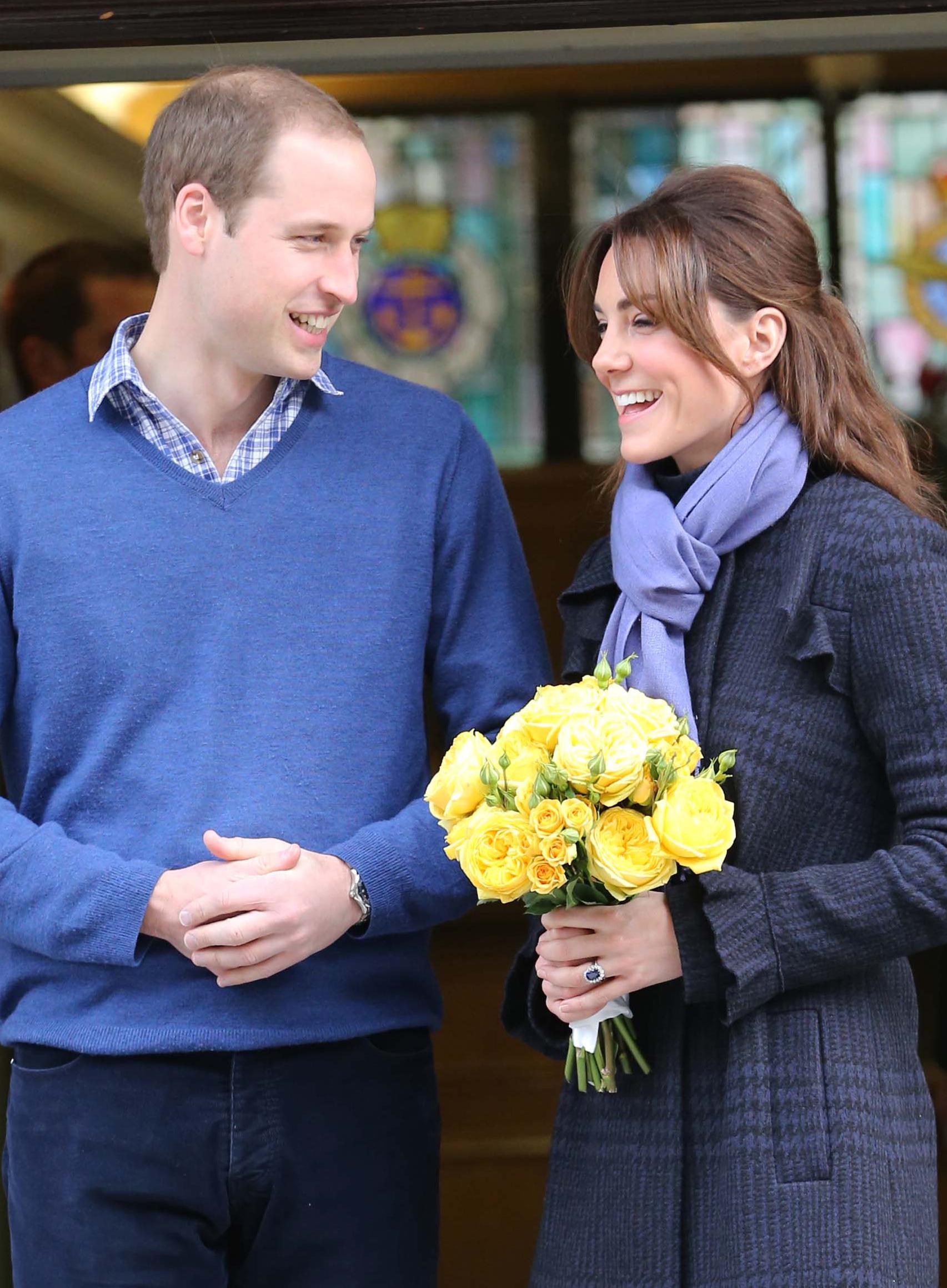Primele declaraţii ale Prinţului Charles! Fericita mămică Kate Middleton a ieşit din spital! Ce bine arată, nu-i aşa?