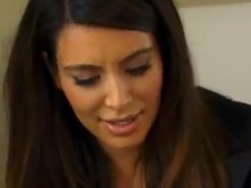 N-ai să crezi aşa ceva! Uite ce vedetă s-a muls şi şi-a stropit sora cu lapte, ca s-o vindece de psoriazis! VIDEO
