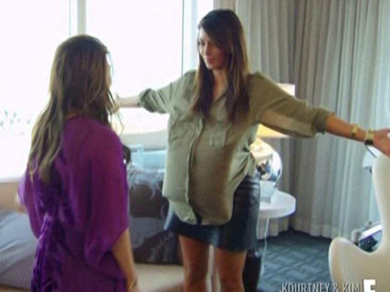 Kim Kardashian şi-a pus o pernă sub top pentru a vedea cum va arăta cu burtică: