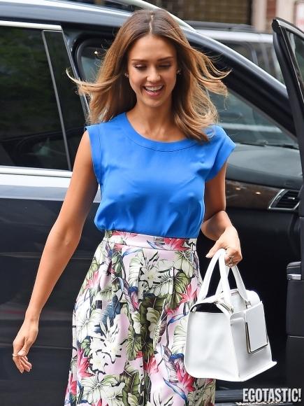 Jessica Alba a iesit la plimbare pe strazile din New York