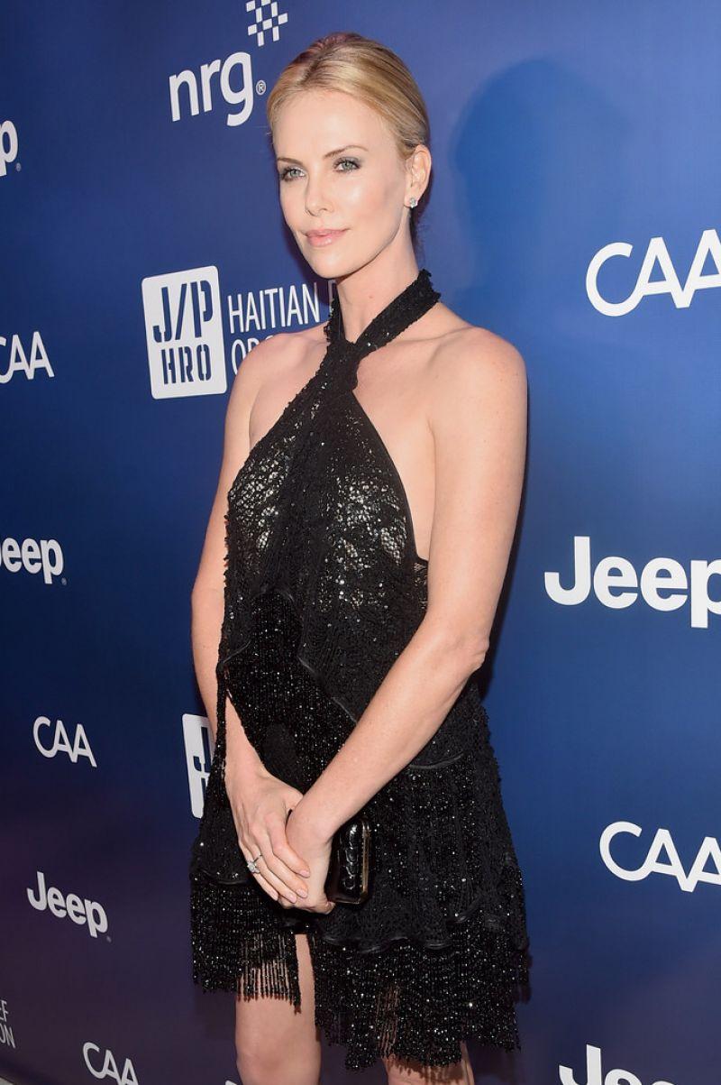 Charlize Theron a devenit cea de-a doua favorita la titlul de iubita a lui Neeson, cel putin pe Twitter
