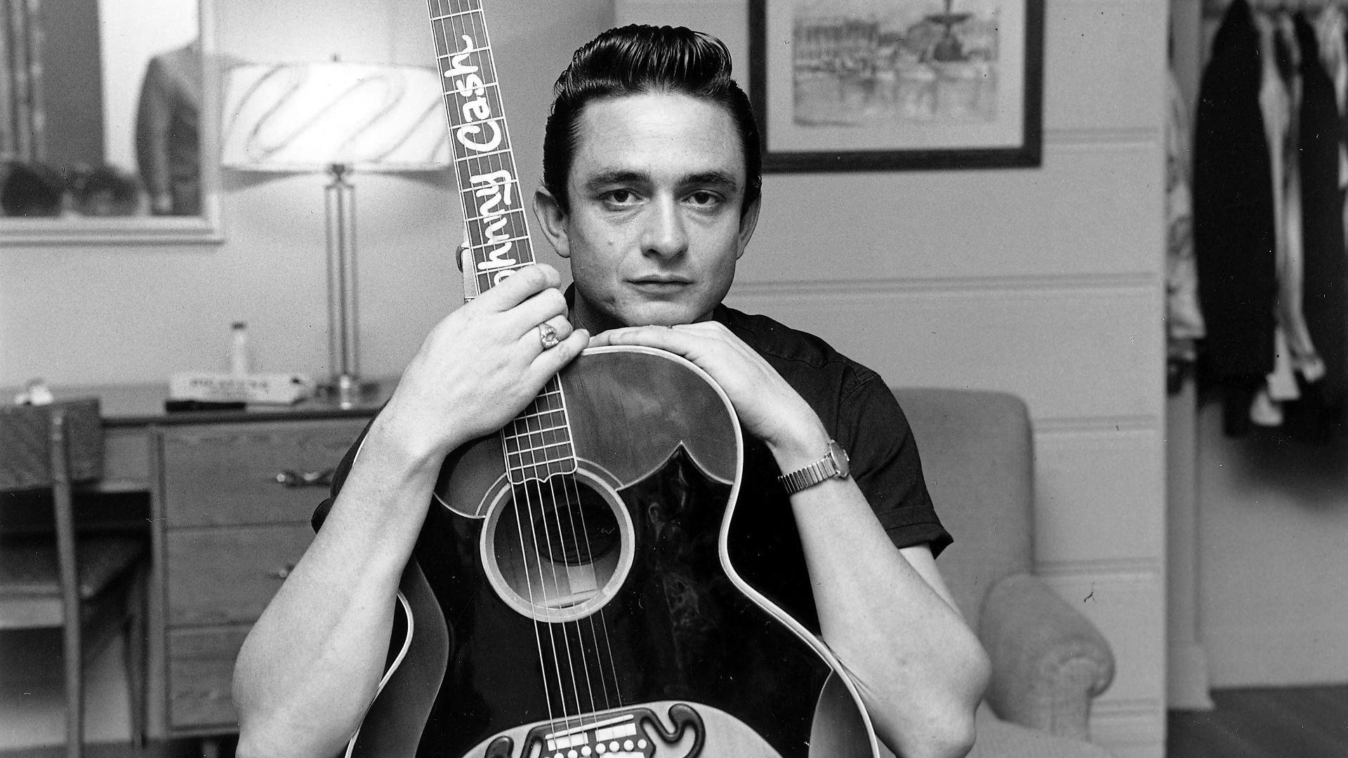 Poştaşul spune că în tinereţe se asemăna cu Johnny Cash şi că probabil acesta este motivul pentru care atât de multe femei au fost dornice să se culce cu el.