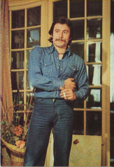 Madalin Voicu, intr-o ipostaza rara, de la inceputul anilor '70, cand purta mustata si canta rock. Sursa: Facebook/Copilaria anilor 80-90