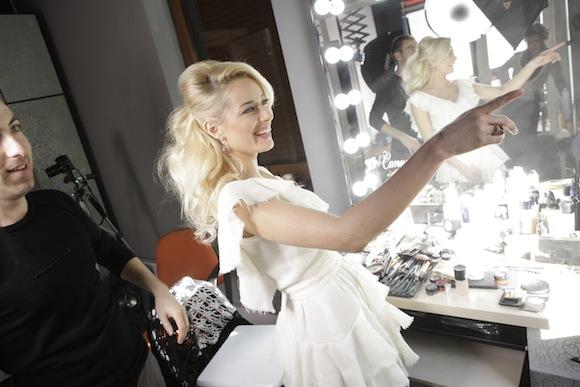 Uite cum se pregăteşte, pas cu pas, Laura Cosoi pentru un pictorial! Blondina a ales albul pur chiar de Black Friday!
