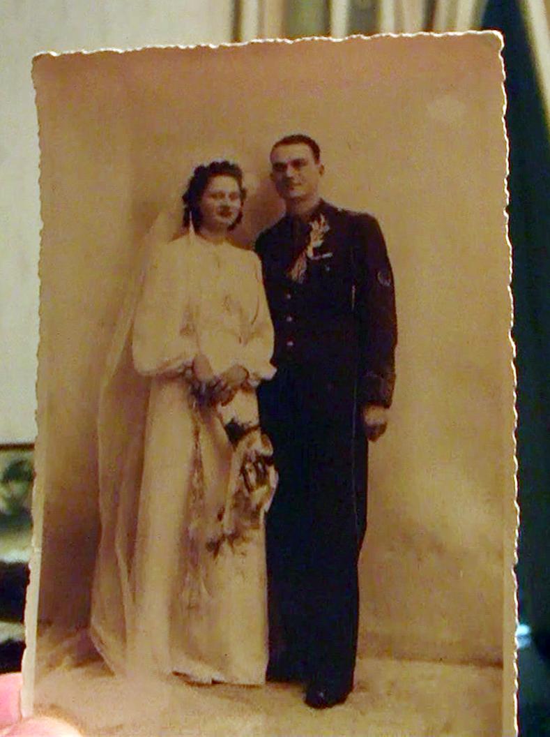 Fascinanta poveste a unui cuplu casatorit de 70 de ani. El a fost in Garda Regala si a infiintat Clubul Dinamo, ea l-a respectat