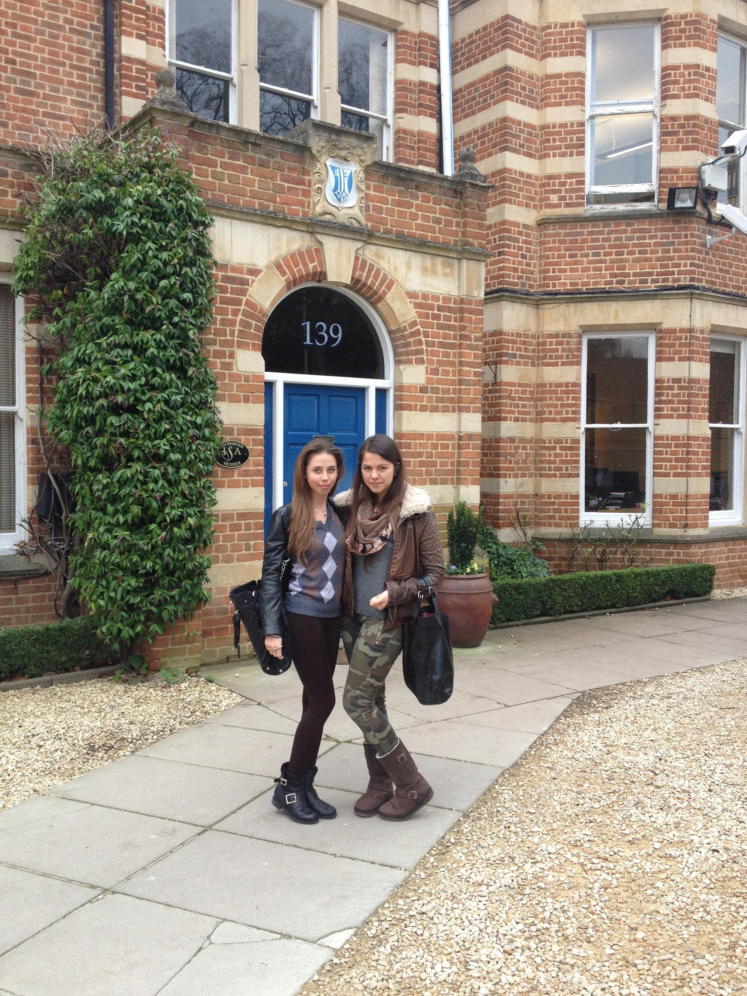 Diana si Natalia sunt singurele romance care studiaza la cel mai de top Colegiu din Oxford