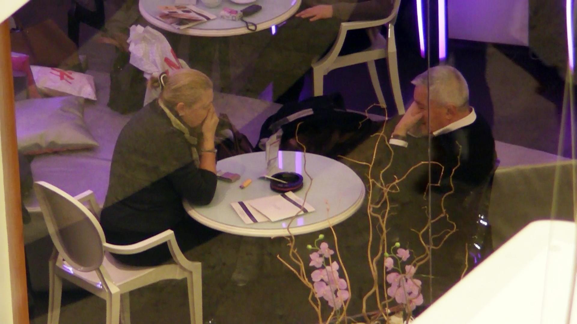Si o scena teribila se deruleaza sub ochii celor prezenti in cafenea. Atat Micky Spaga, cat si sotia sa se angajeaza in convorbiri telefonice si amandoi tin mainile la gura, pentu a masca felul in care se misca buzele!