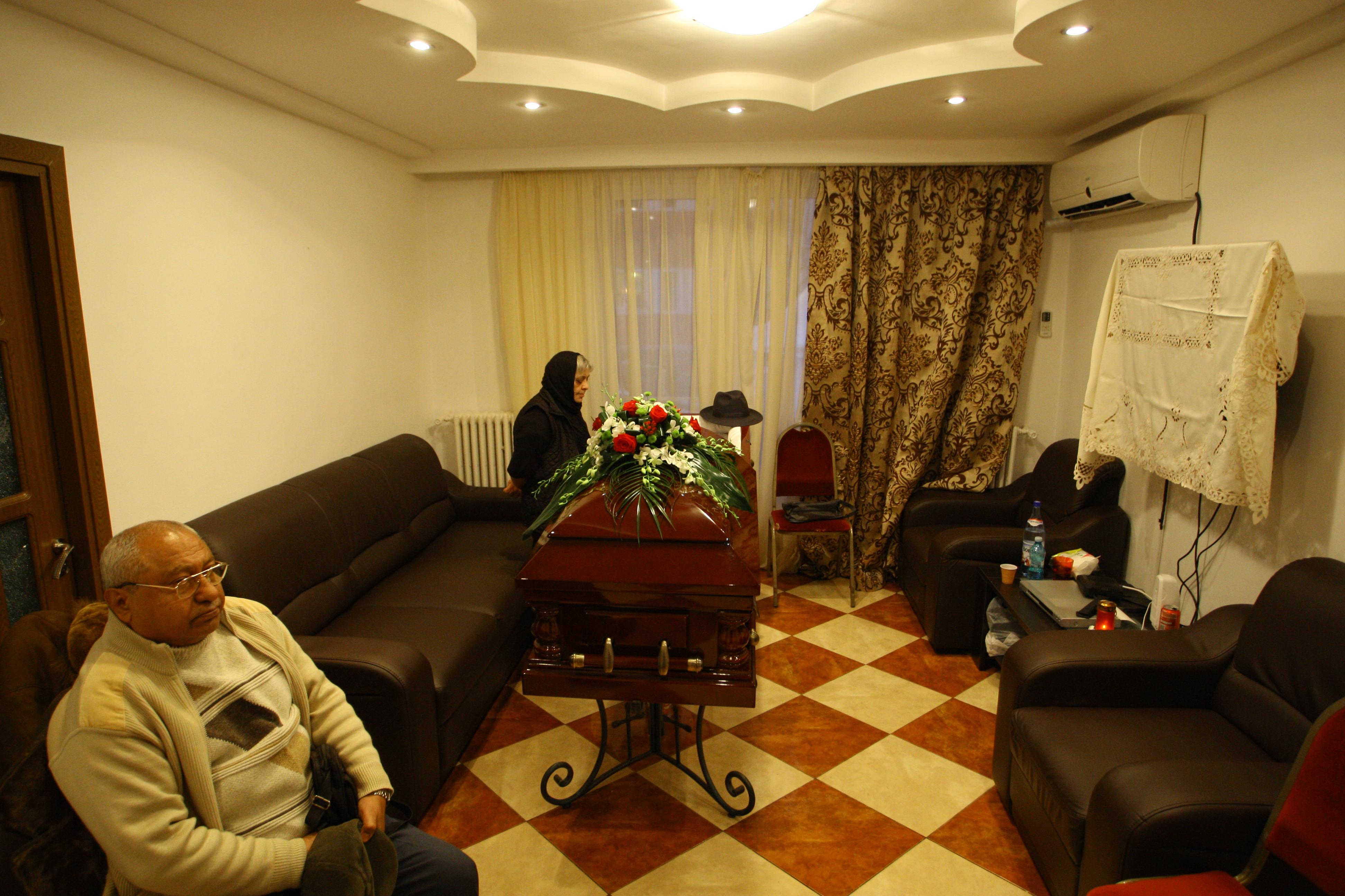 Familia si cunoscutii lui Mihai Namol s-au strans la sfarsitul anului trecut la priveghiul acestuia