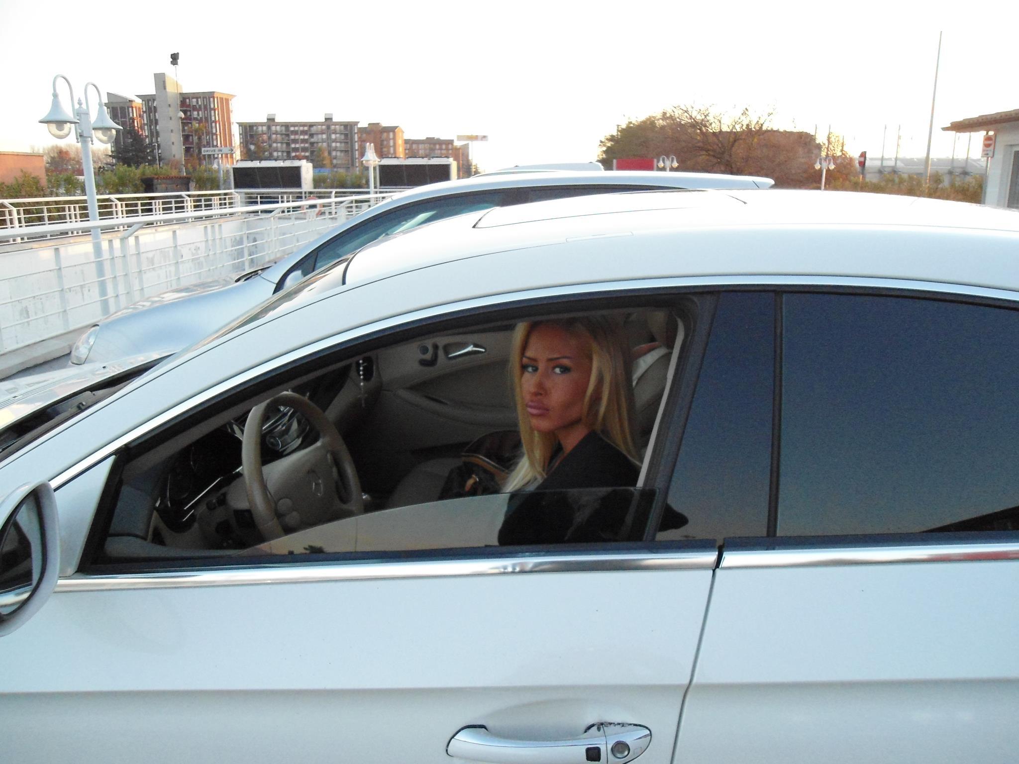 Blonda are o pasiune pentru masinile puternice