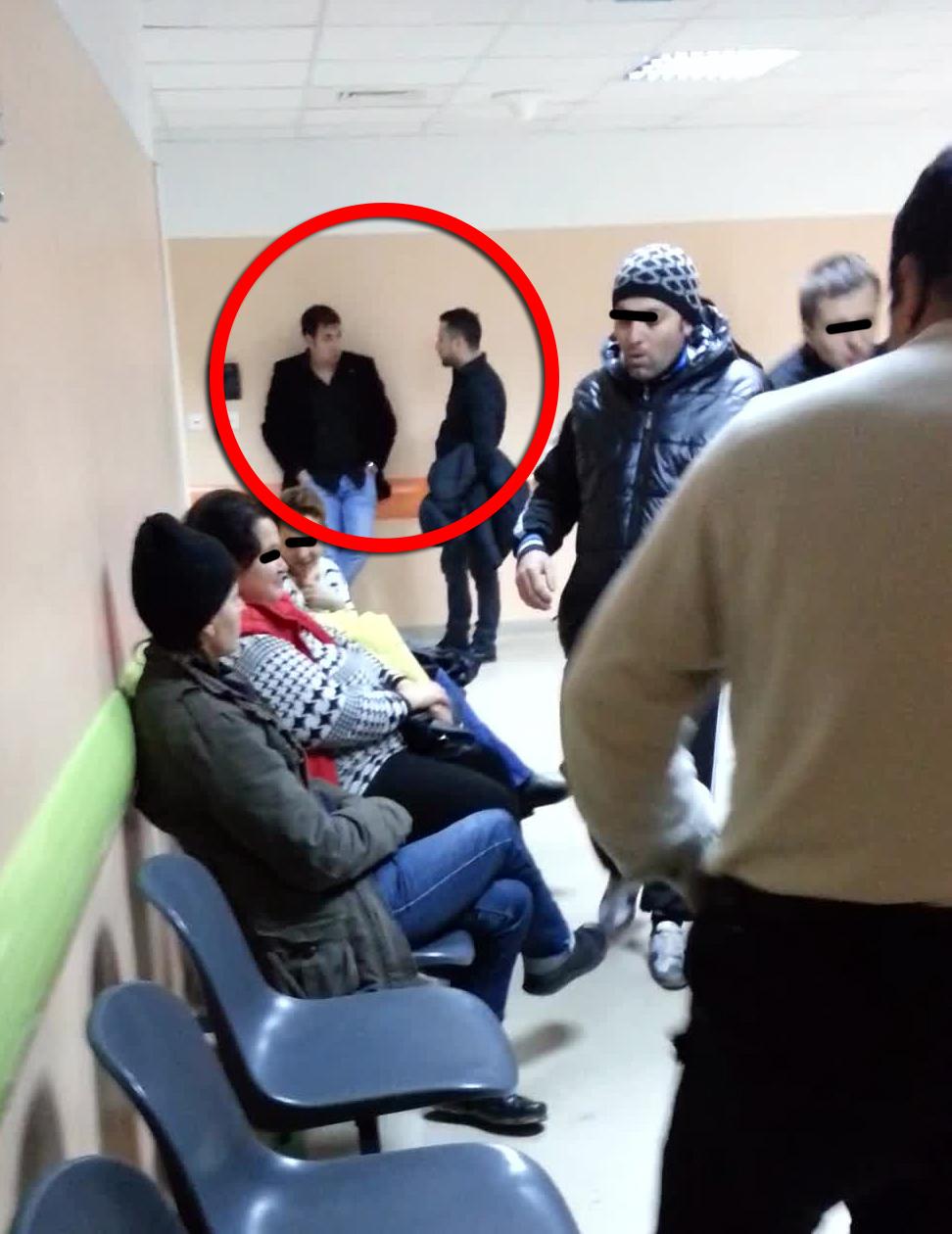 Cei doi membri ai formatiei lui Sorinel Pustiu asteapta pe holul spitalului