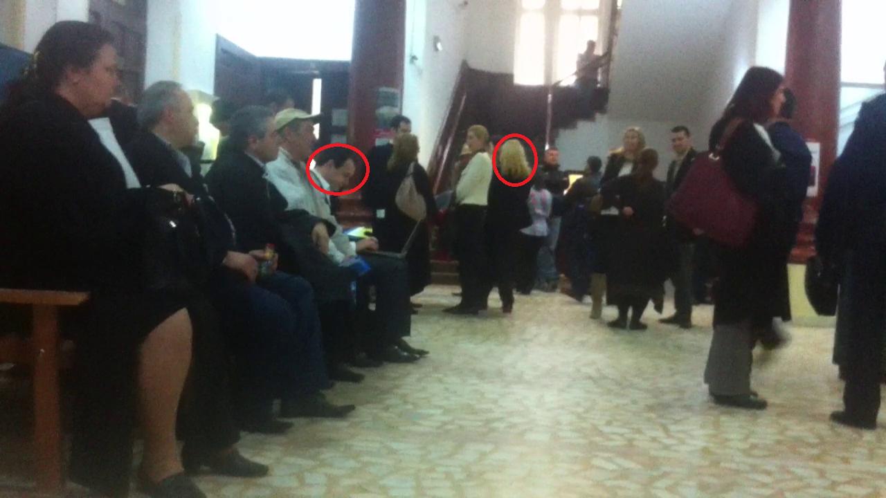 Marius Ghenea si sotia, pe holurile Judecatoriei, asteptand sa fie chemati in sala