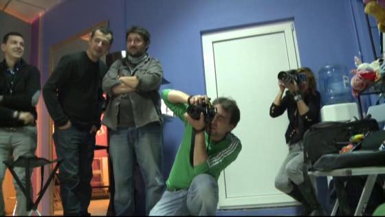 Membrii echipei si obiectivele fotografilor nu s-au dezlipit un moment de la model