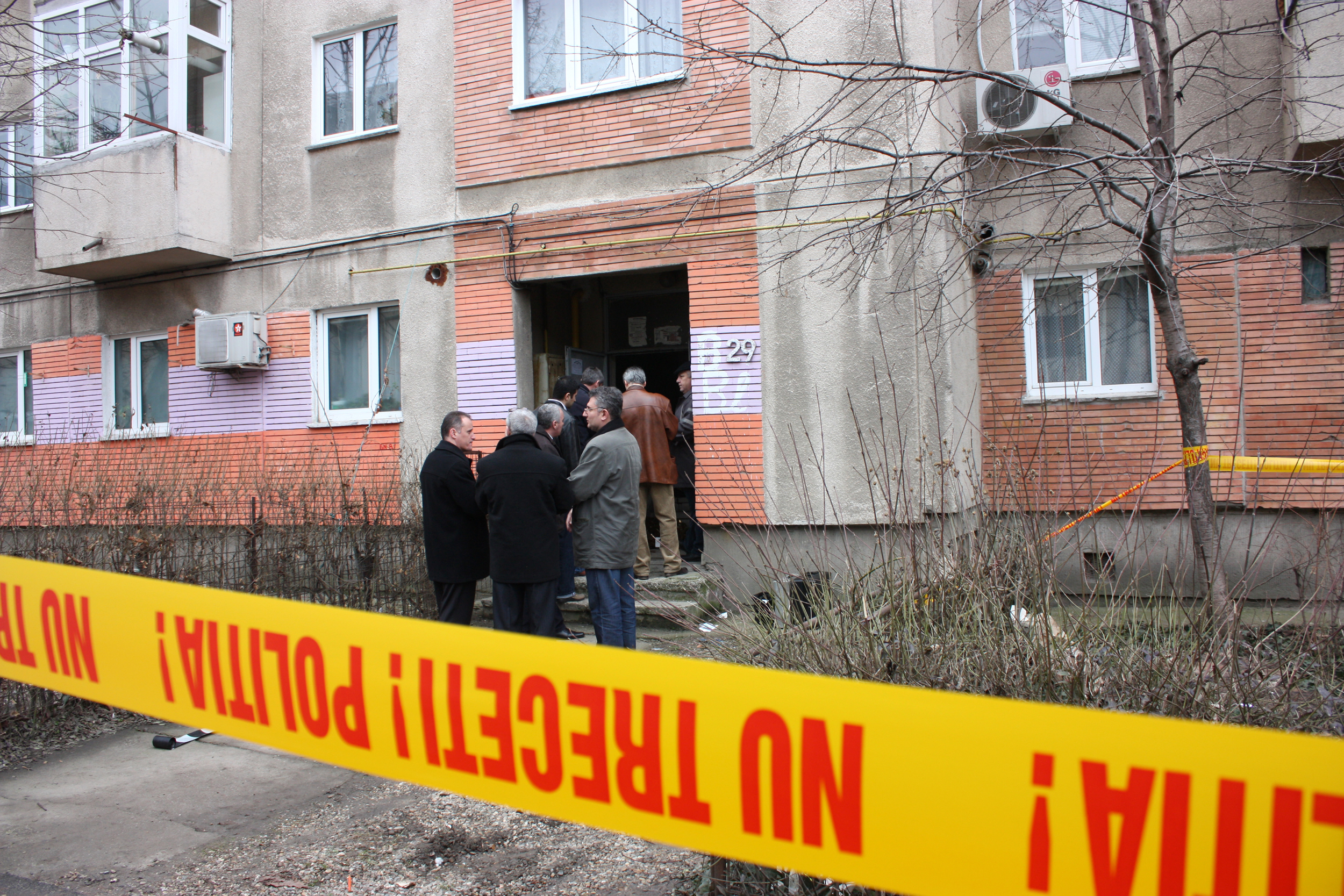 O femeie de 45 a fost gasita moarta pe treptele imobilului in care locuia