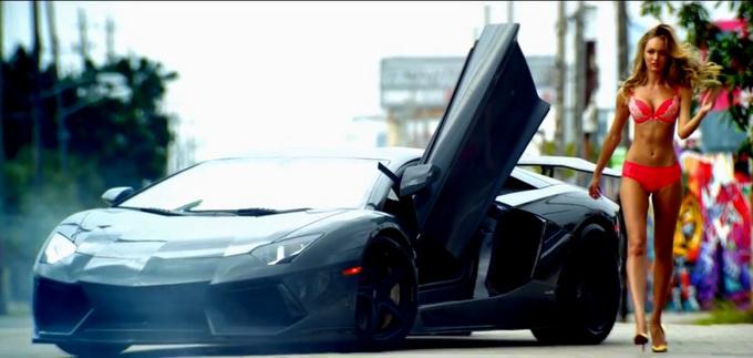 Modelele au defilat langa un Lamborghini de 900 de cai putere