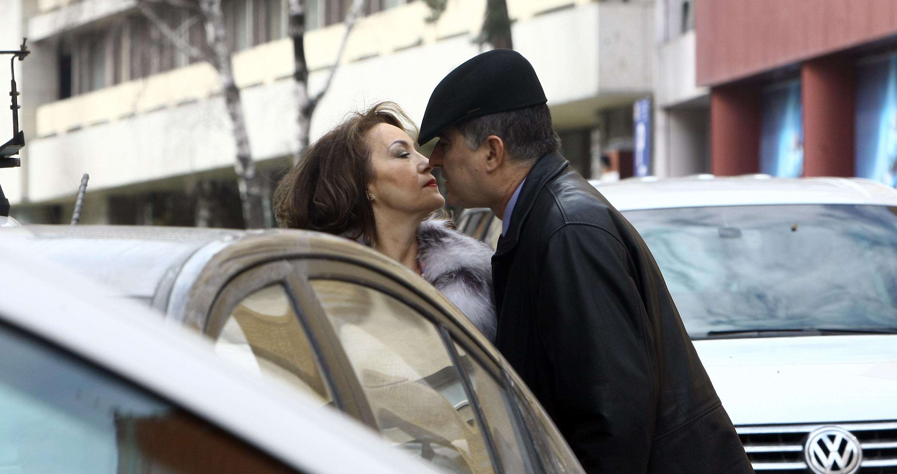 Politicianul, romantic in plina strada cu partenera sa de viata