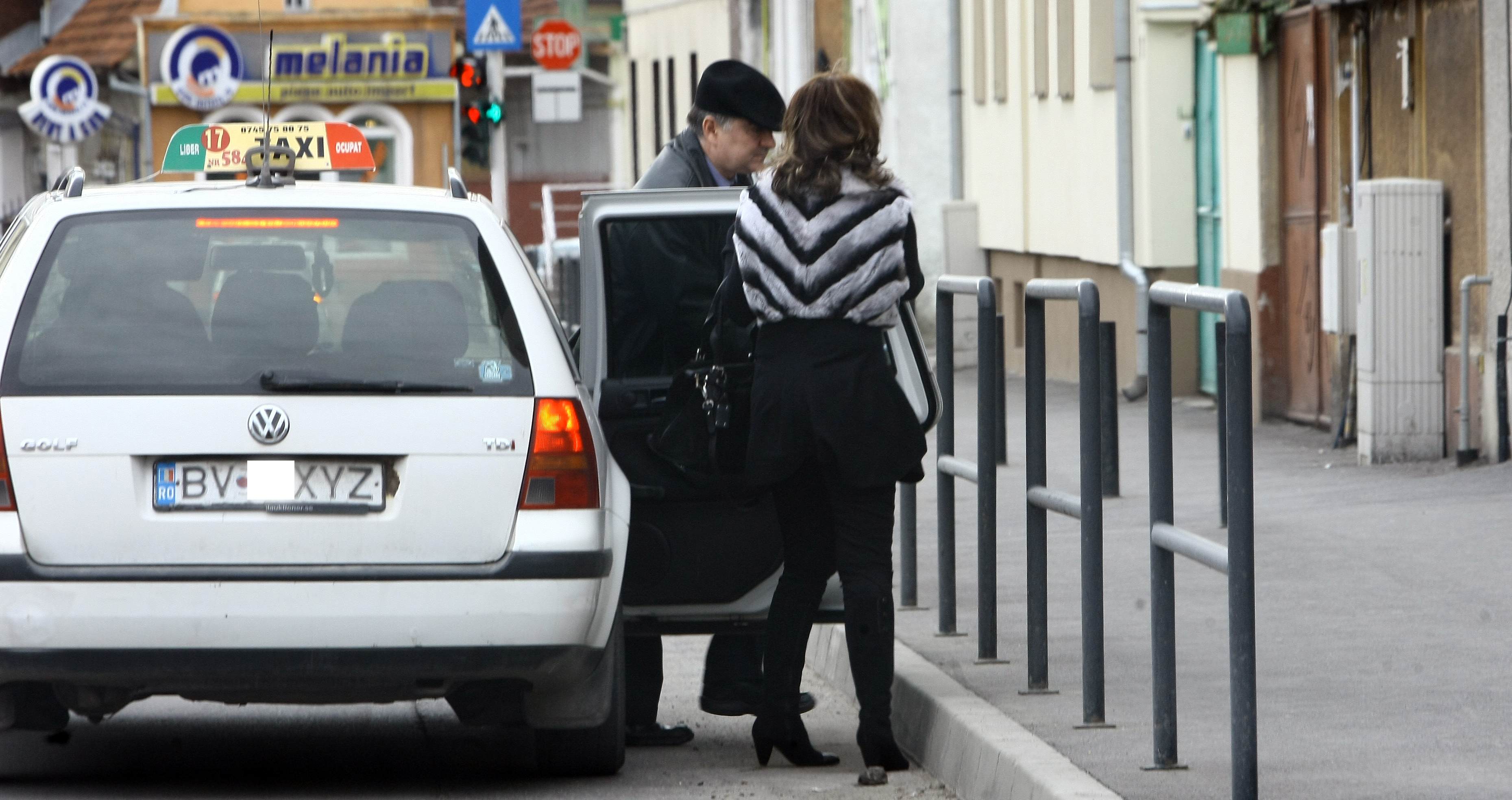 Sotii Ghise coboara din taxi si se mai plimba pret de cateva minute prin oras