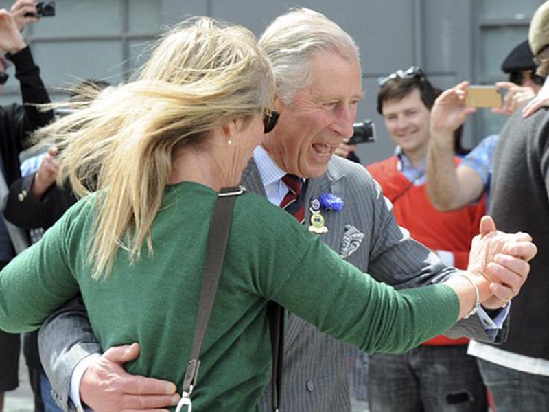 Prinţul Charles, aşa cum nu l-ai mai văzut până acum - dansează în plină stradă, mai ceva ca la nunţile regale!
