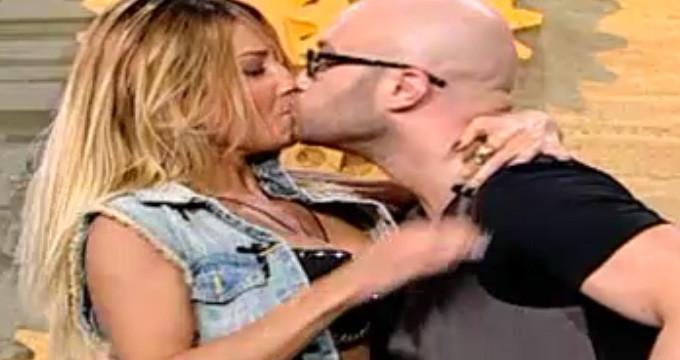 Blonda sustine ca a fost luata prin surprindere in momentul in care Mihai Bendeac a saruta-o, in direct, pe gura!