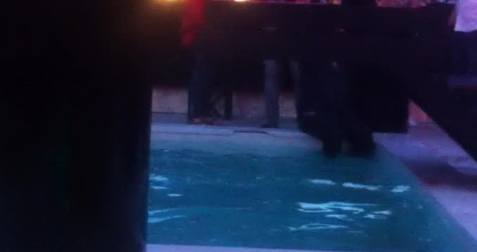 Barbatul a intrat imbracat in piscina