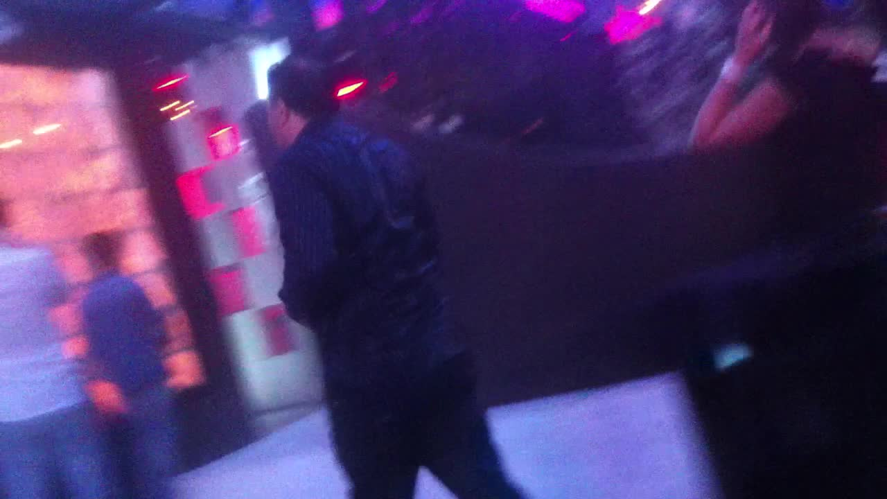 Dupa ce s-a racorit, petrecaretul a plecat din club cu hainele ude